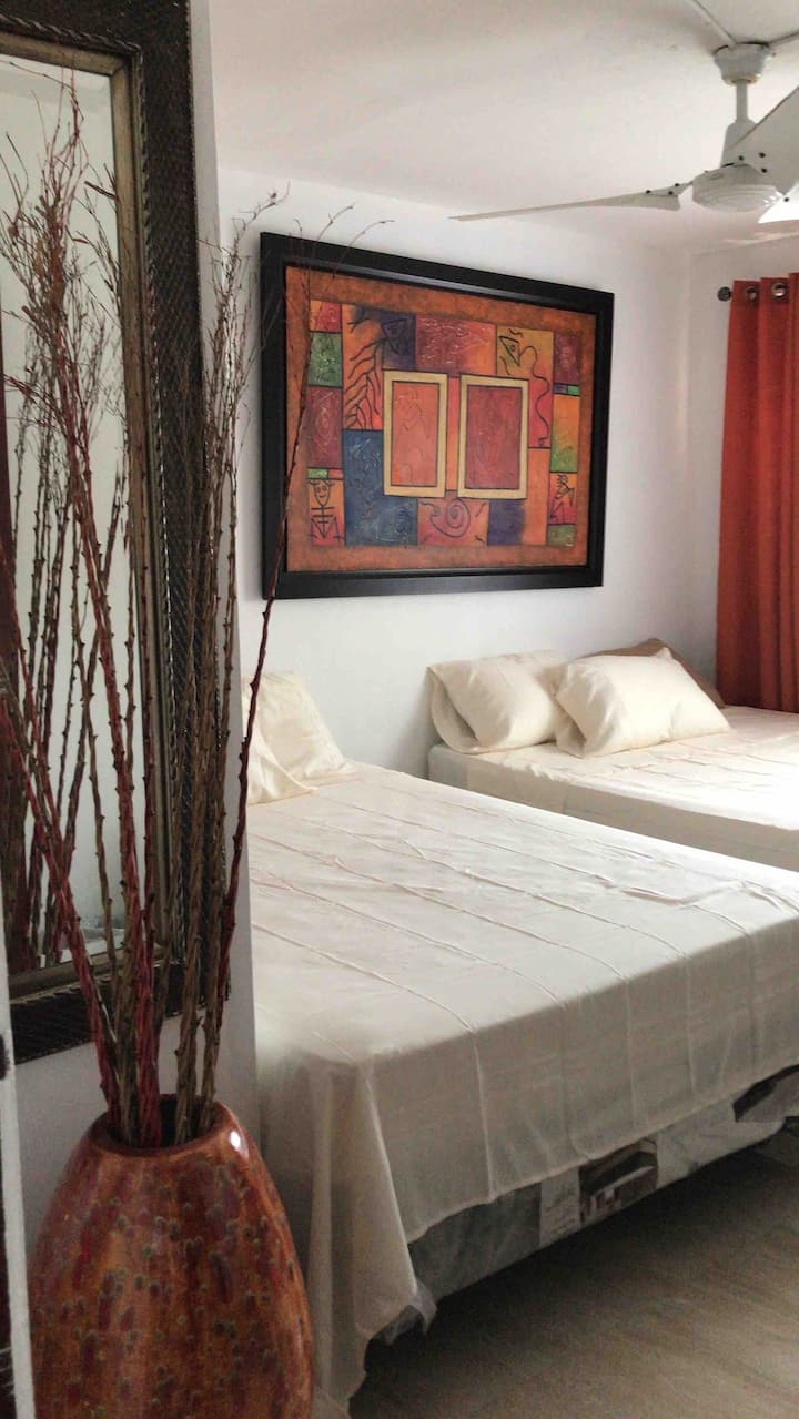 Nice room with 2 Queen bed, near to the airport!