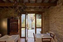 Spazio comune che dispone a richiesta possibilità di utilizzare forno a legna con cucina attrezzata.
