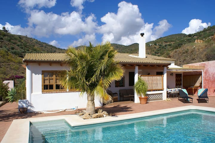 Detached finca with salt-water pool, in a rural location near Torre del Mar