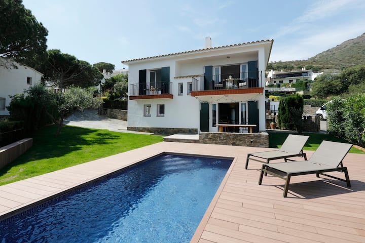 Ideal House for Families, views to sea and pool