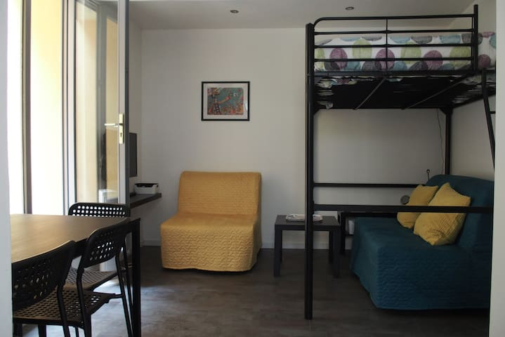 Studio dans maison niçoise avec terrasse.