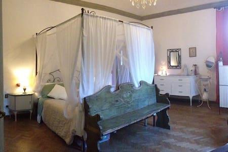 Romantic bedroom in Villa Giulia - Scandicci