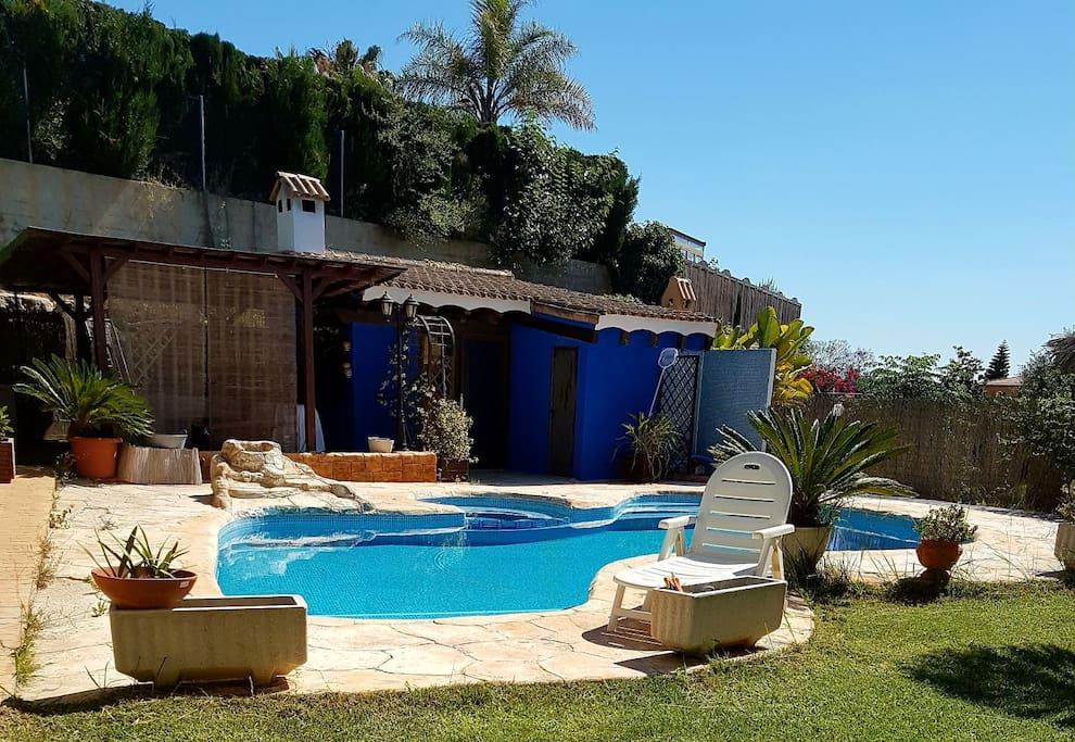 Bonita habitaci n con terraza vistas a la piscina for Alquiler de casas con piscina privada que admiten perros
