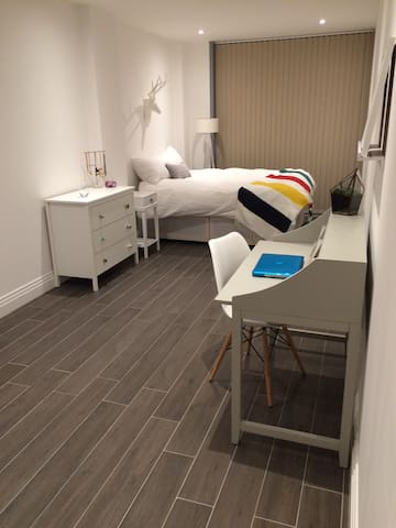 Huge Private Room with Ensuite - Watford - Apartemen
