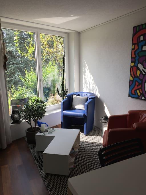 Grosse Fenster mit Blick auf Gartensitzplatz zur persönlichen Benutzung.