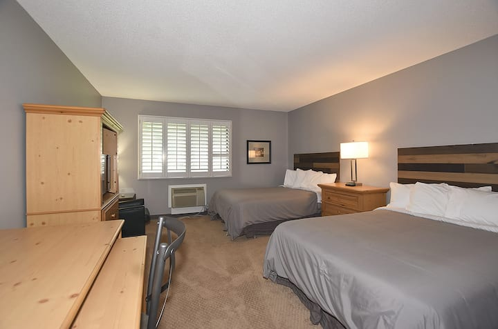 Newly Remodeled King Conf. Center-Two double beds