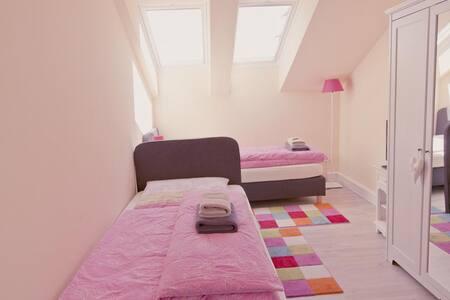 Zweibettzimmer mit Etagenbad