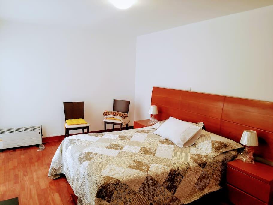 Apartamento de 120m2 con 2 Dormitorios, 1 Escritorio, 2 baños, Cocina y Sala Comedor amplios.