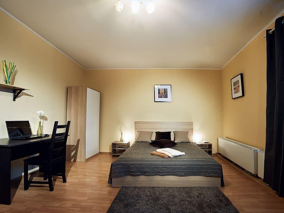 В квартире есть чистое постельное бельё и полотенца, которые проходят обработку в профессиональной химчистке.
