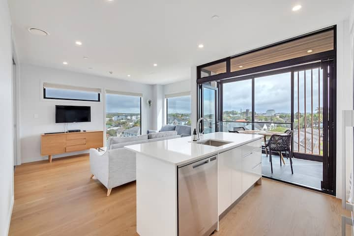 Takapuna Contemporary 2BR w/ Carpark