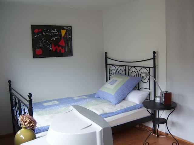 komfortables französisches Bett, auch von hier aus fernsehen möglich