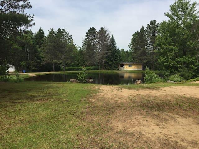Petit lac baignable à 2 min à pied.