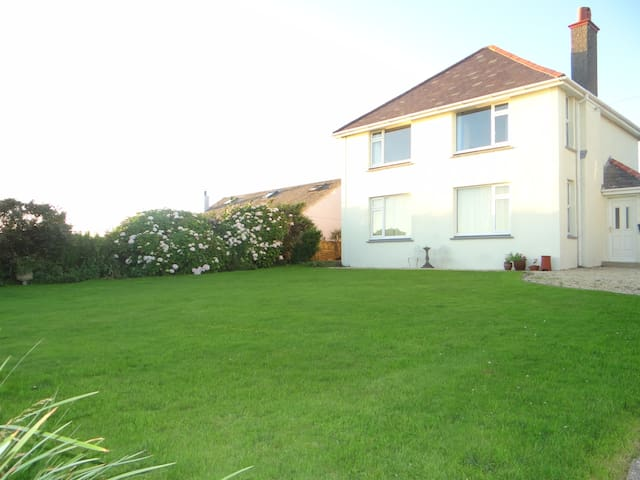 Self catering Gower house with fantastic sea views - Rhossili - Huis
