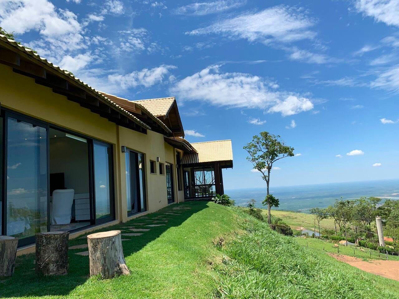 """Vista lateral da casa """"Paraíso do Morro dos Ventos"""""""