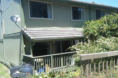 Comfortable Hillside Room - close to BART - San Pablo