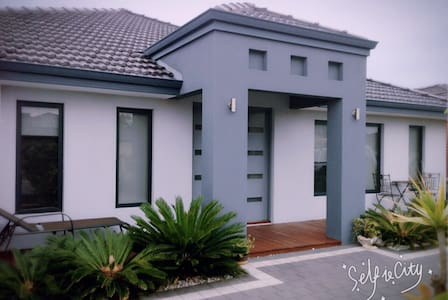 Quirky modern house in south area. - South Lake - Rumah