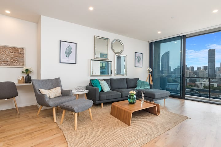 Stunning River City Views 2BR, Pool, Wifi, Carpark