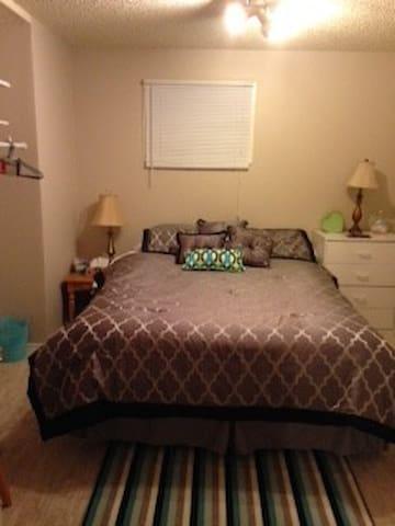 Queen bed. Private room in basement suite - Calgary - Casa