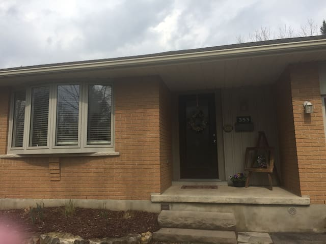 bright basement bungalow space - Waterloo - Leilighet
