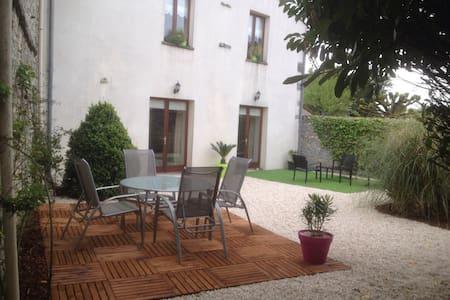 Maison de village au calme - Neuvicq-le-Château