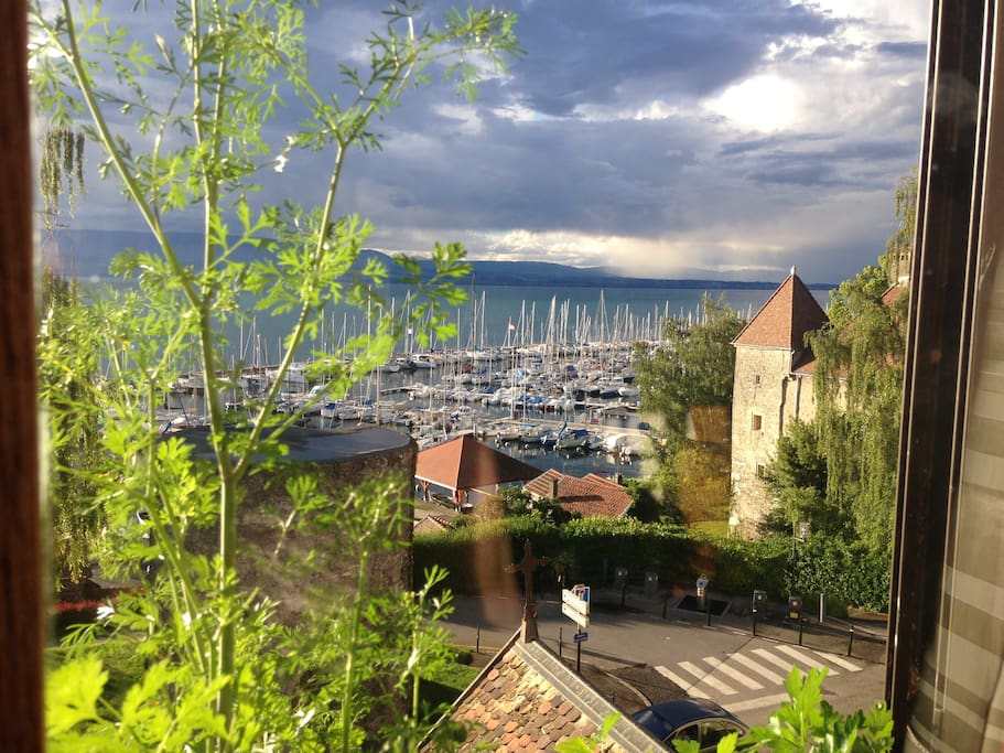 Grand appartement sur le port de thonon appartements for Appartement atypique thonon les bains