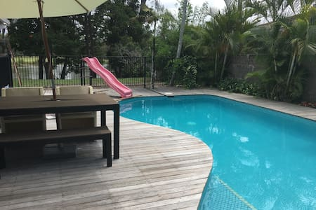 Large central modern peaceful home - Clear Island Waters - Talo