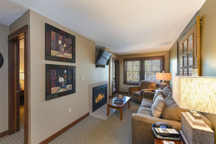 A115- 1 bedfroom suite w/ lake view, sleeps four, steps to hotel deck & lawn!