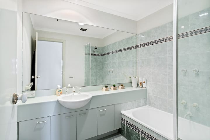 Shower/bathtub combination with complimentary shampoo/ conditioner and body wash
