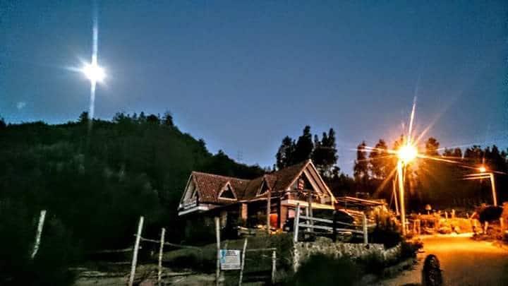 Espectacular paisaje en cabaña junto al bosque.