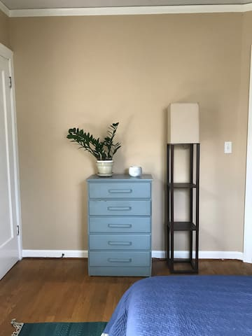 Dresser and extra lamp