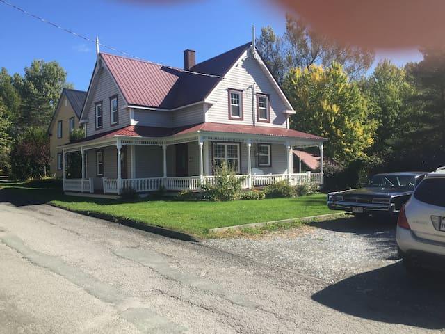 Maison centenaire de 1900!!!  Nous avons mis beaucoup d'effort pour garder le côté antique de cette maison du début du siècle!!