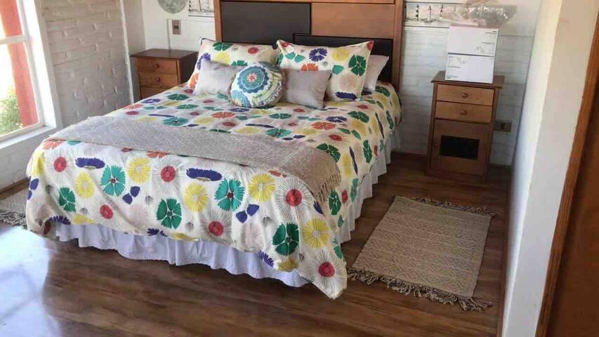 Dormitorio principal con cama de dos plazas, baño en suite.   Closet y futon.