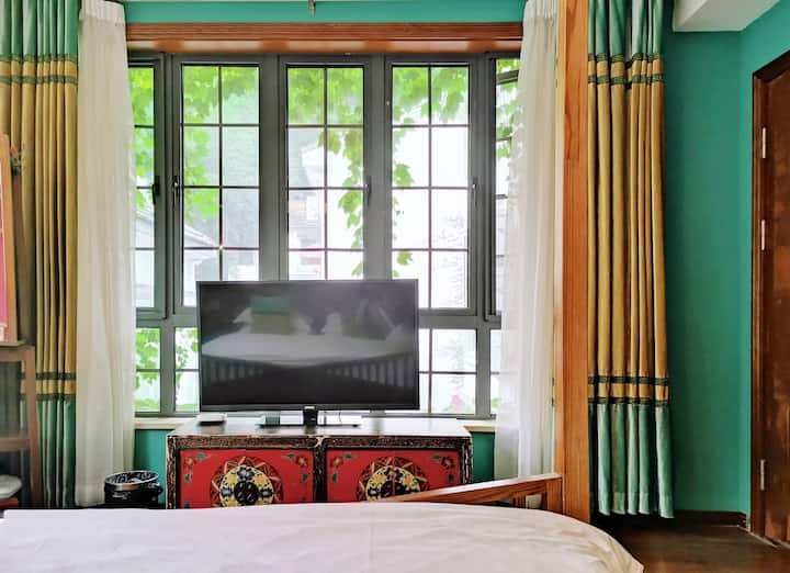 西湖十景满陇桂雨景区,绿篱大窗观景房带浴缸,近西湖、灵隐、天竺、南屏晚钟、雷峰塔