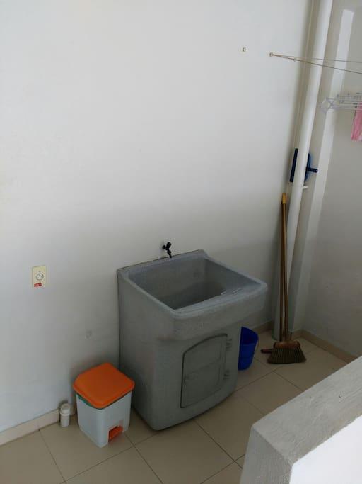 Lavanderia, na foto não aparece mas tem máquina de lavar roupa.