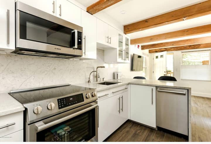 Walk to everything! Fully equipped studio downtown