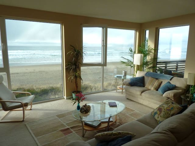 Windows on the Sea,Oceanfront condo - Rockaway Beach - Apartamento