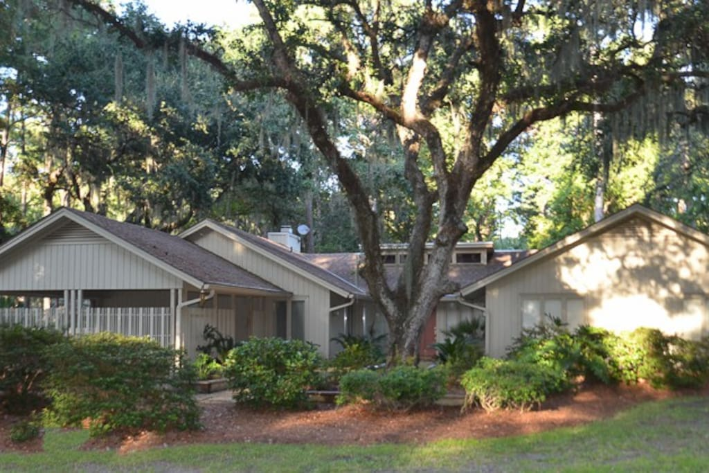 Welcome to 71 Heritage Road in Sea Pines Plantation.