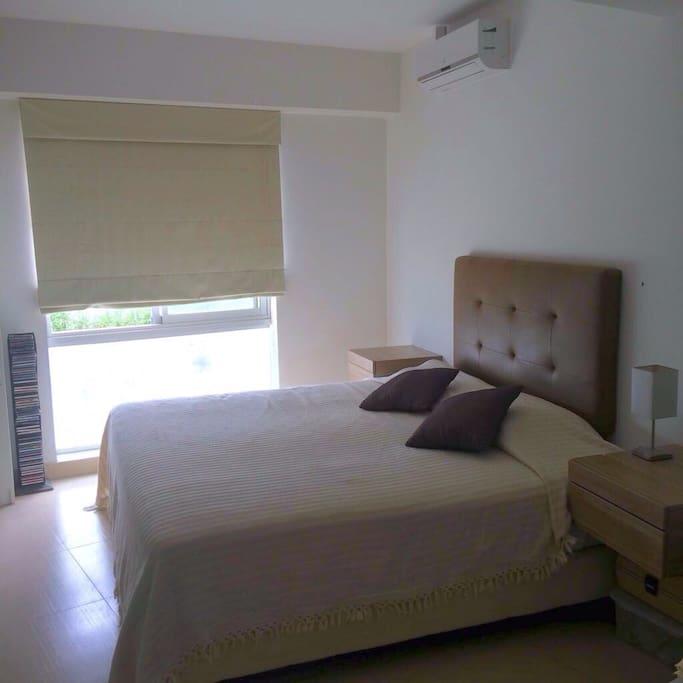 Dormitorio con escritorio y walking closet