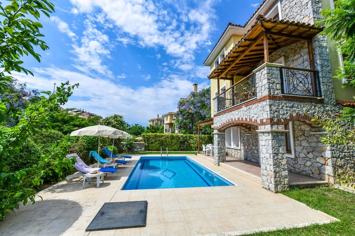 Villa Perdikia - 4 bedroom Holiday Villa for Rent