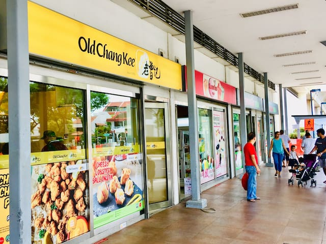 "Amenities at Kembangan Mrt Station : #5 ""Old Chang Kee"" & Drinks Store."