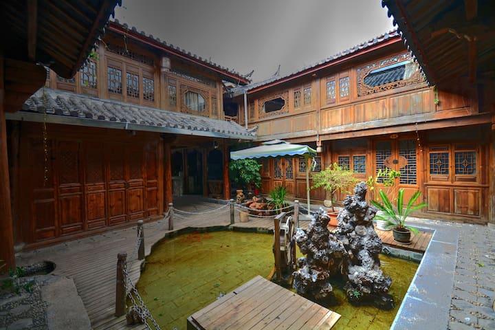 丽江大研古城内200多年历史的传统纳西大院