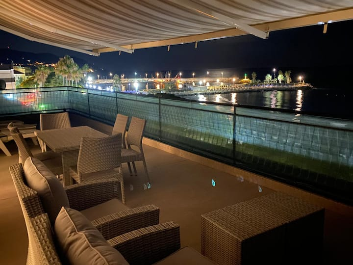 Penthouse by the beach with airco, wifi & bbq