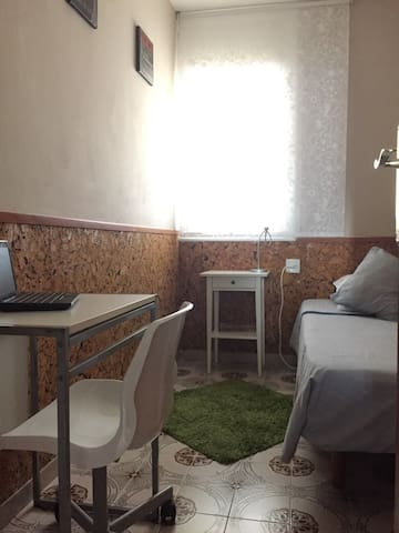 Single room near the metro - Cornellà de Llobregat - Bed & Breakfast