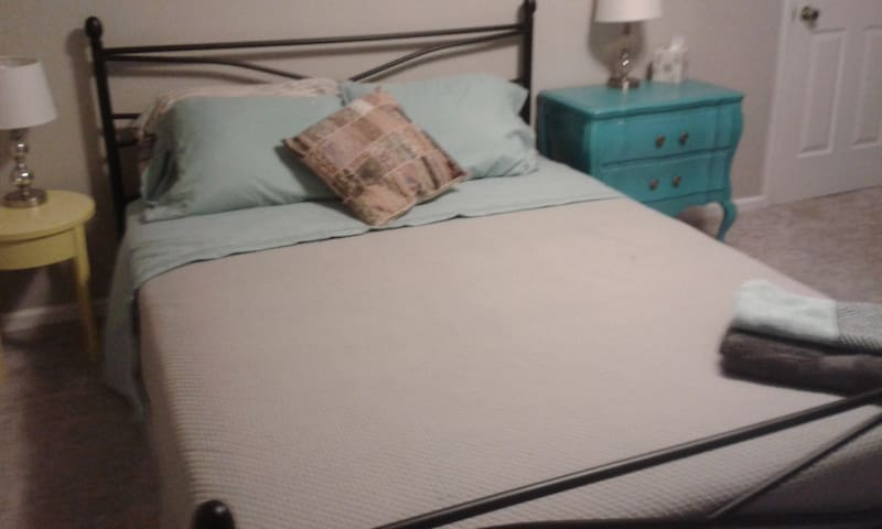Quiet room with a queen sized bed, upstairs - Greensboro - Ház