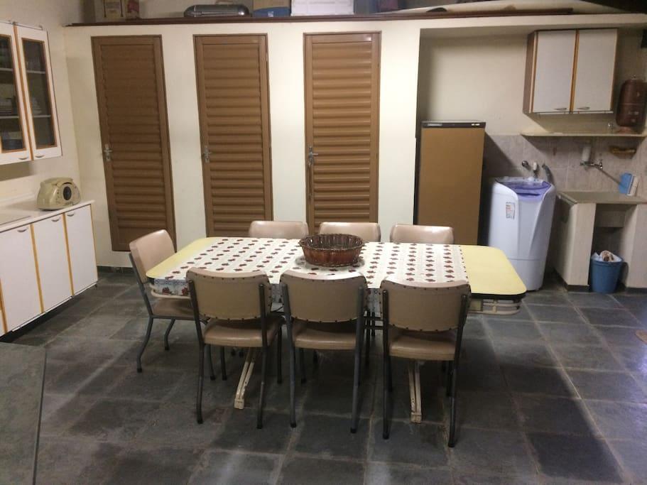 Mesa de refeições e lavanderia c/máquina lavar roupas