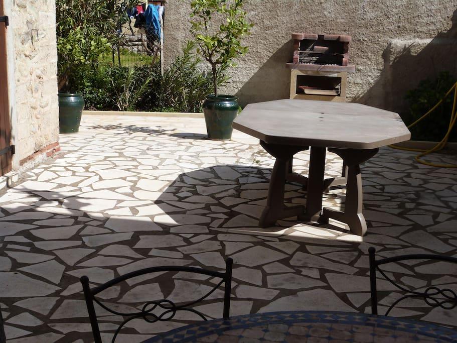 terrasse très ombragée l été par un magnifique mûrier platane