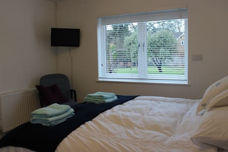 Bright Ensuite Double Room , Esher - Esher - House - 2