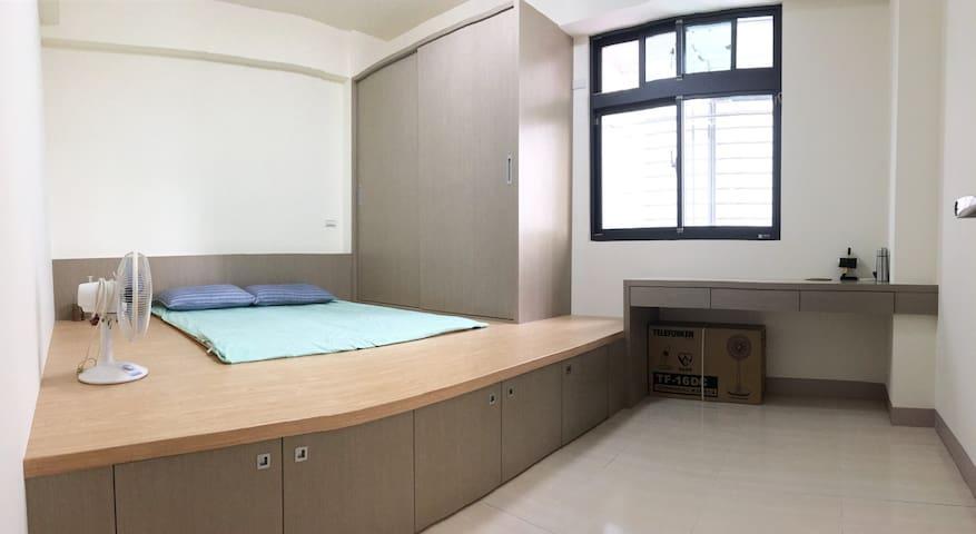 乾淨清潔的明亮臥房。 房號:2B