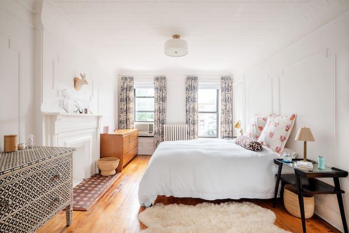 Master bedroom, top floor rear, queen