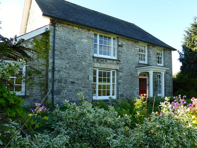 Welsh Farmhouse (8 + 2 dogs) WiFi, Games Room, BBQ - Llangybi - House